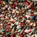 De brug met liefdesslotjes in Parijs