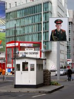 Checkpoint Charlie / Bron: Raimond Spekking, Wikimedia Commons (CC BY-SA-4.0)