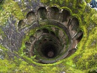 De bekende 'Initiation Well' in Quinta da Regaleira / Bron: Stijndon, Wikimedia Commons (CC BY-SA-3.0)